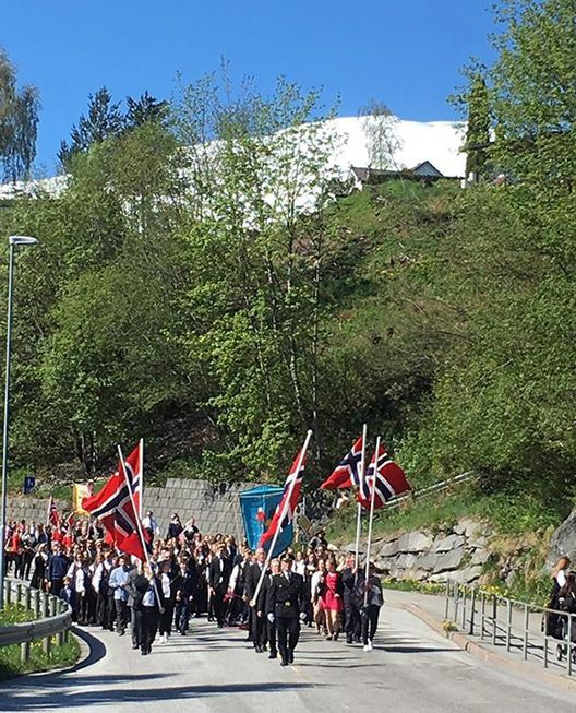The parade passing by #17mai #hurra #freedom #fjordnorway #flag #mittstranda @strandafjellet #pastranda #nationalday (Foto: @villa_lovise)